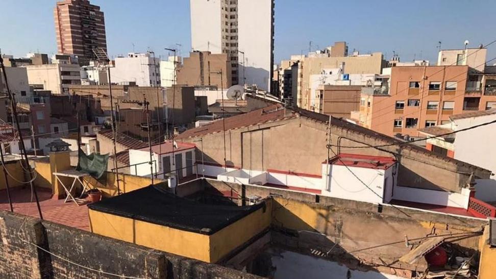 Evacuadas 12 personas tras derrumbarse el techo de un edificio